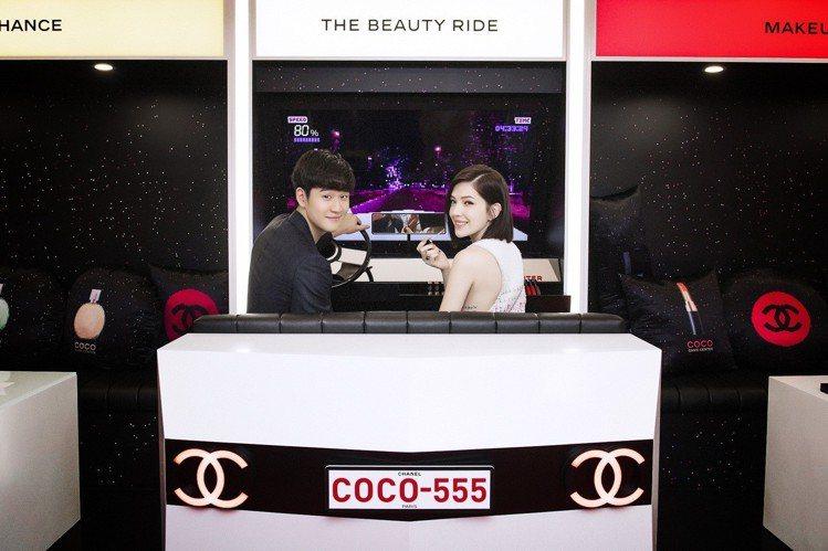許瑋甯與周興哲在COCO GAME CENTER體驗彩妝虛擬賽車遊戲。圖/香奈兒...