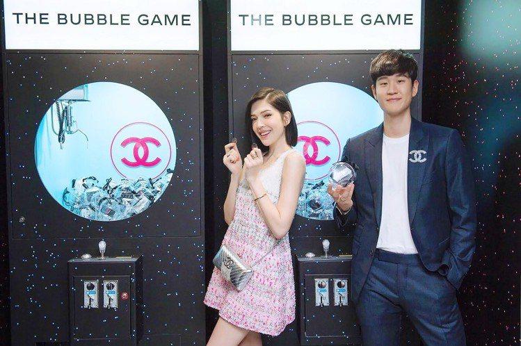 許瑋甯邀請好友周興哲一起共遊COCO GAME CENTER。圖/香奈兒提供