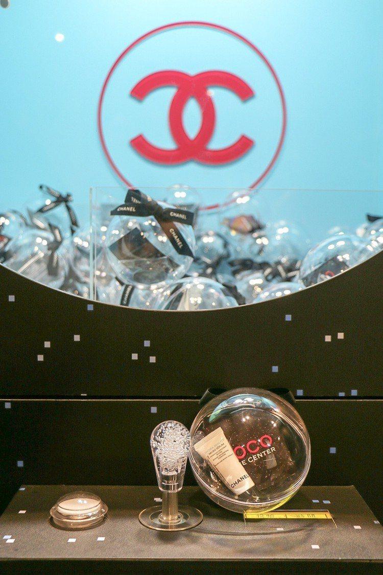 在泡泡遊戲機可抓到香奈兒保養彩妝或香水試用品。圖/記者謝欣倫攝影