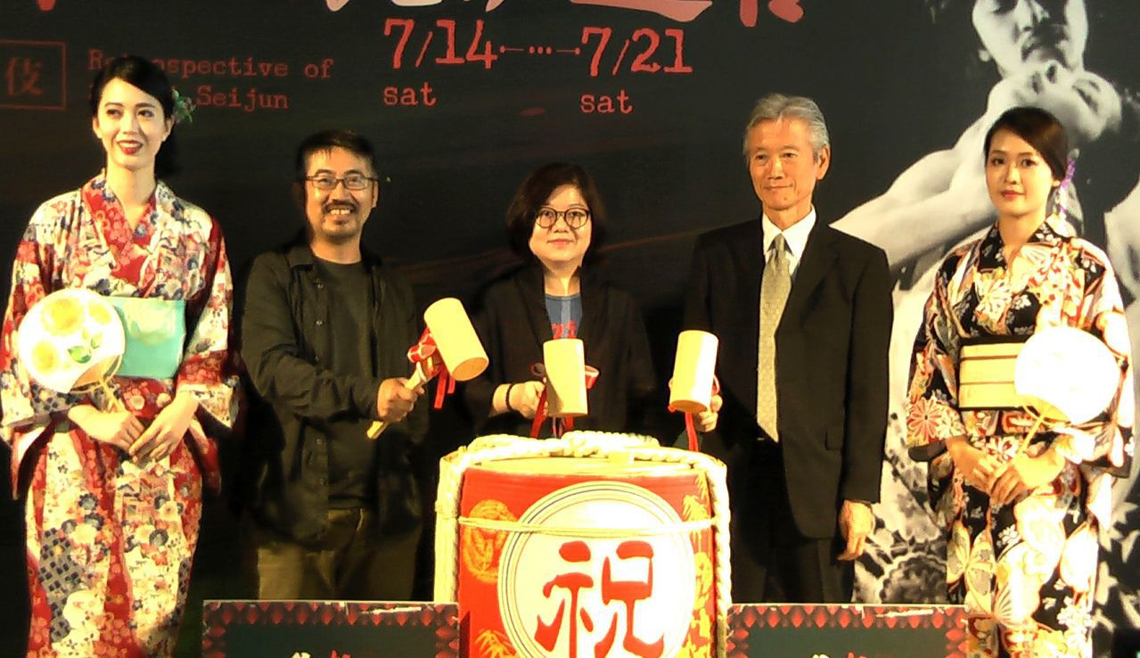 高雄市電影館舉辦「電影歌舞伎:鈴木清順の鏡像迷宮」影展,來賓持槌敲下特備的日本酒...