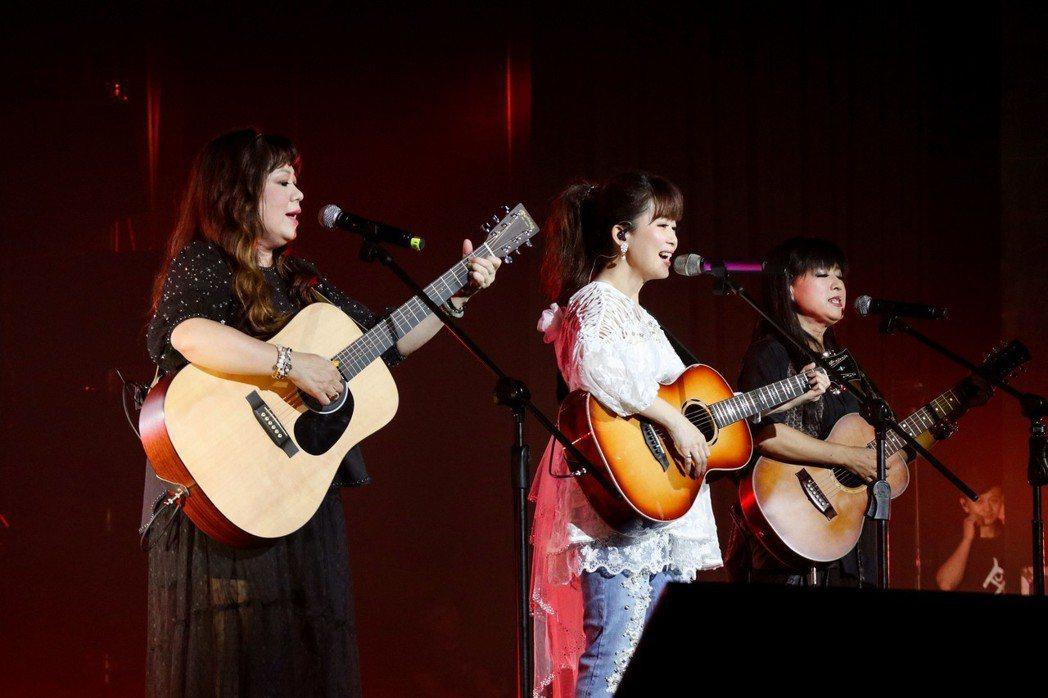 孟庭葦(中)邀請南方二重唱擔任嘉賓。圖/豐華提供
