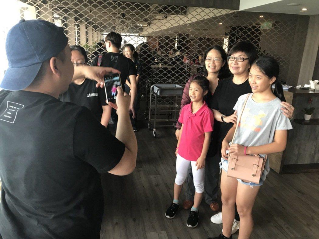 唐美雲率團到馬來西亞公演,趁空到處走走逛逛,還被粉絲認出合照。圖/民視提供