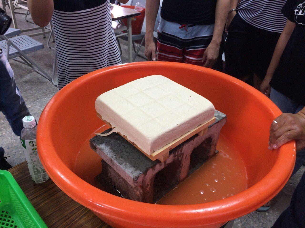 後灣社區生態旅遊安排手作鹽滷豆腐,重現就地取材的傳統生活智慧。記者潘欣中/攝影仲