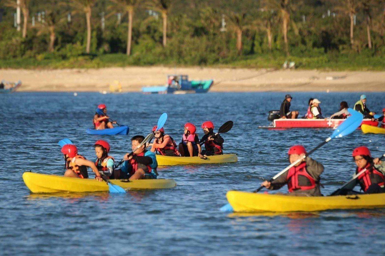 屏東車城後灣是墾丁國家公園首個無動力水上活動合法海域,遊客在水上救生員引導下盡情...