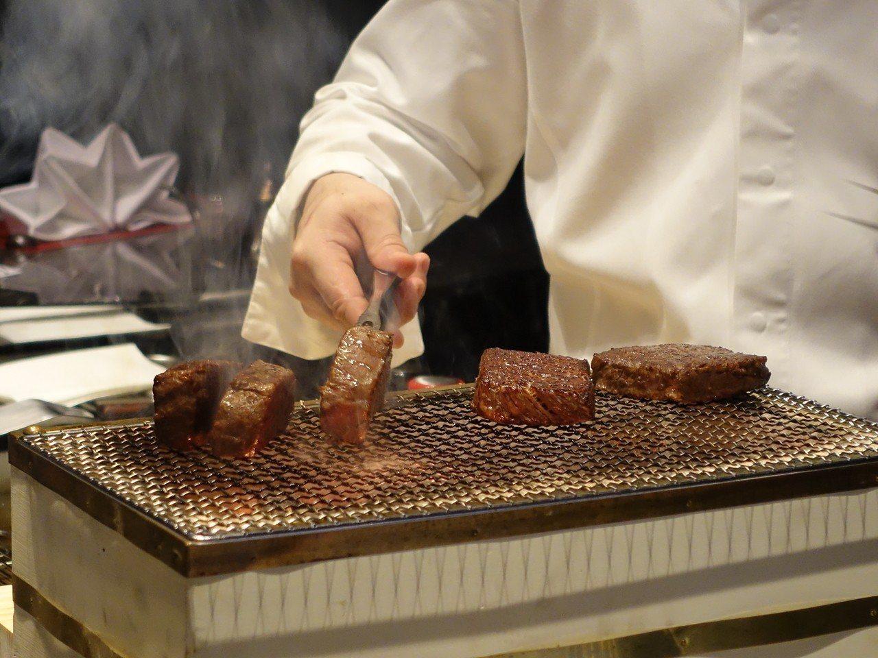 先低溫烹調,再以備長炭燒烤,使牛排表皮焦脆。記者張芳瑜/攝影