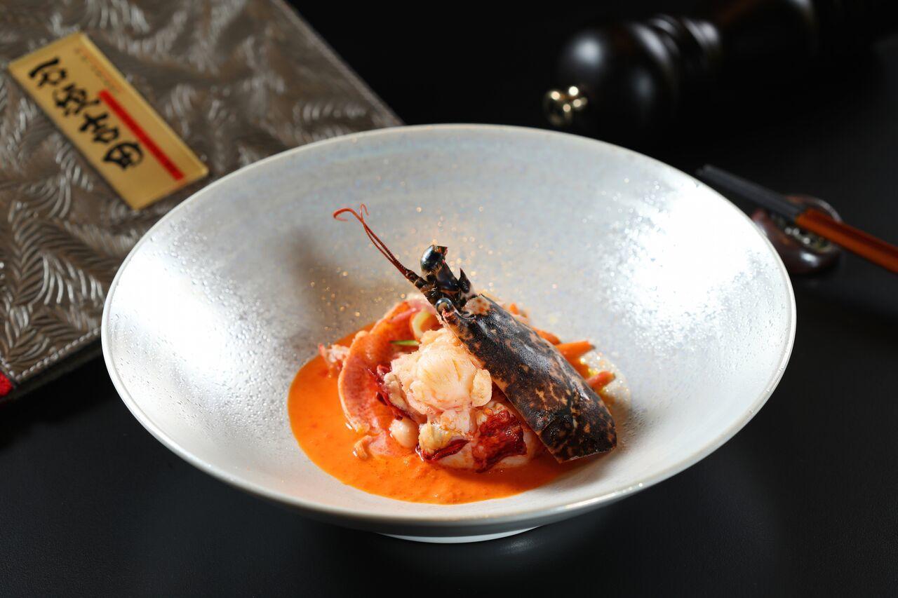 台北店海鮮主菜「烤法國布列塔尼產藍龍蝦」。圖/文華精品提供