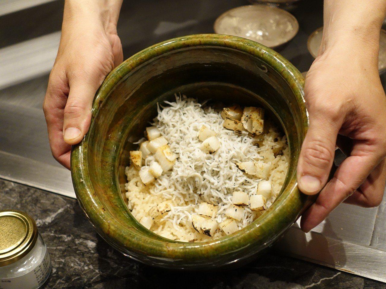 「吻仔魚炙燒烏魚子土鍋」使用「雲井窯土鍋」烹煮一小時。記者張芳瑜/攝影