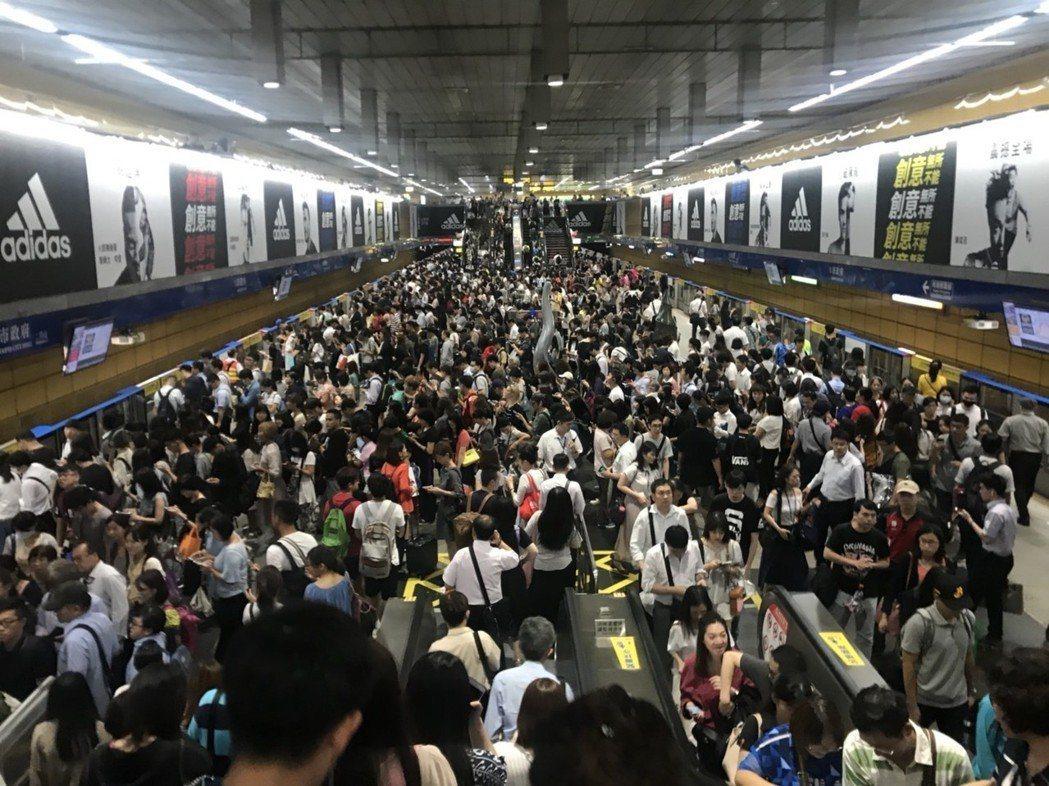 捷運市政府站4時後被人潮擠爆,有如跨年夜。記者莊琇閔/攝影