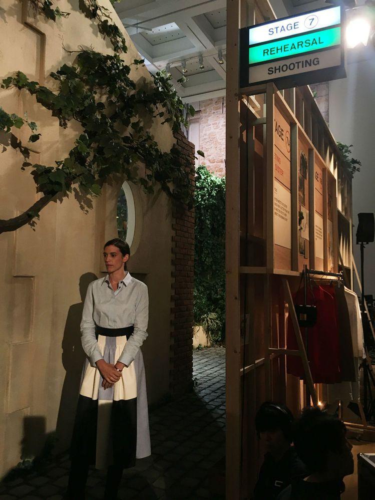 Laure Flammarion與愛馬仕所打造出的攝影片廠場景,觀展過程完整呈現...