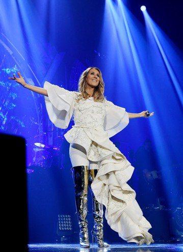 加拿大出身的樂壇天后席琳狄翁首度來台演唱,就碰上颱風攪局,雖然讓她見識寶島風光的計畫被打亂,她的演出仍按照預定進度,風雨無阻、並不取消,明(7月11日)晚間7點半在台北小巨蛋舉行。席琳走紅樂壇多年,...