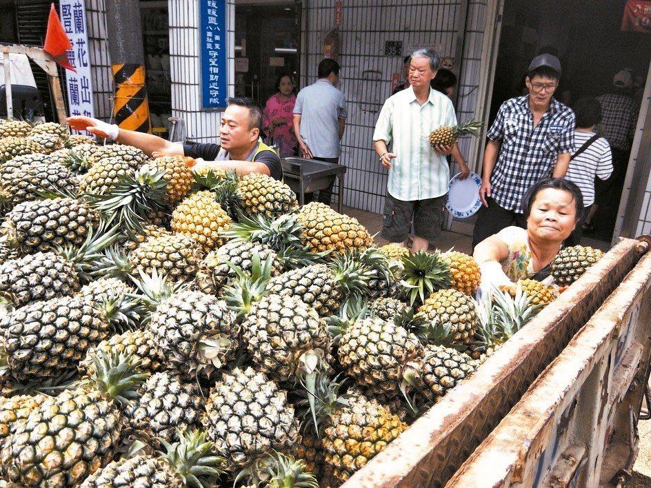 基隆多名暖心里長掏腰包買3公噸鳳梨,昨天請民眾吃免錢,大家都說好吃。 記者游明煌...