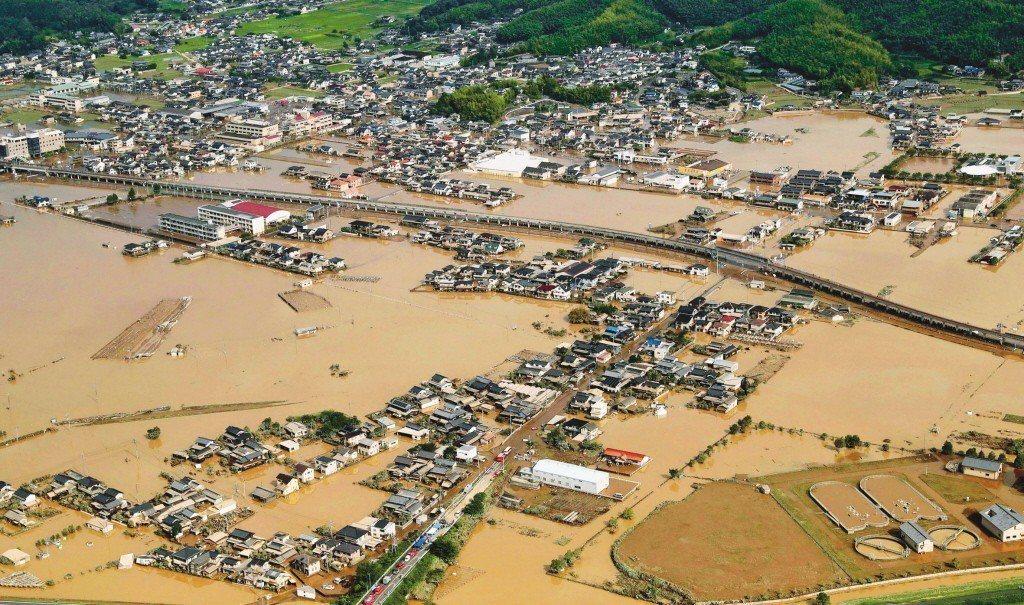 日本岡山縣倉敷市九日仍泡在水裡。 (美聯社)