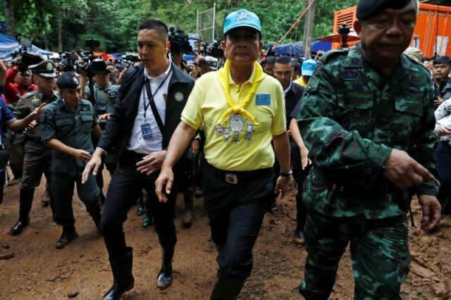 泰國總理帕拉育(中)前往洞穴視察救援情況。 (路透)