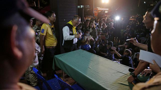 清萊省代理省長納隆薩(中)曾向媒體說明救援任務及最新進度。 (路透)