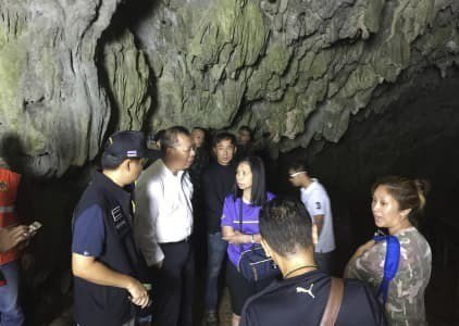 納隆薩(左二)到睡美人岩洞內跟救援人員談話。 (美聯社)