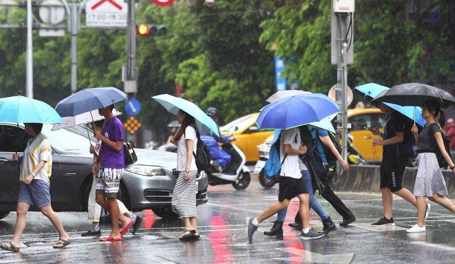瑪莉亞颱風來襲,台北市今天上班上課,許多家長一大早送小朋友前往安親班、幼稚園後趕...