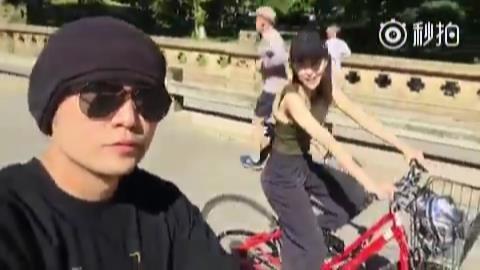 周杰倫和老婆昆凌邊騎車邊自拍。圖/擷自秒拍