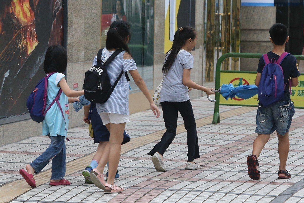 瑪莉亞颱風快閃,台中無風無雨,民眾悠閒上街。記者黃仲裕/攝影