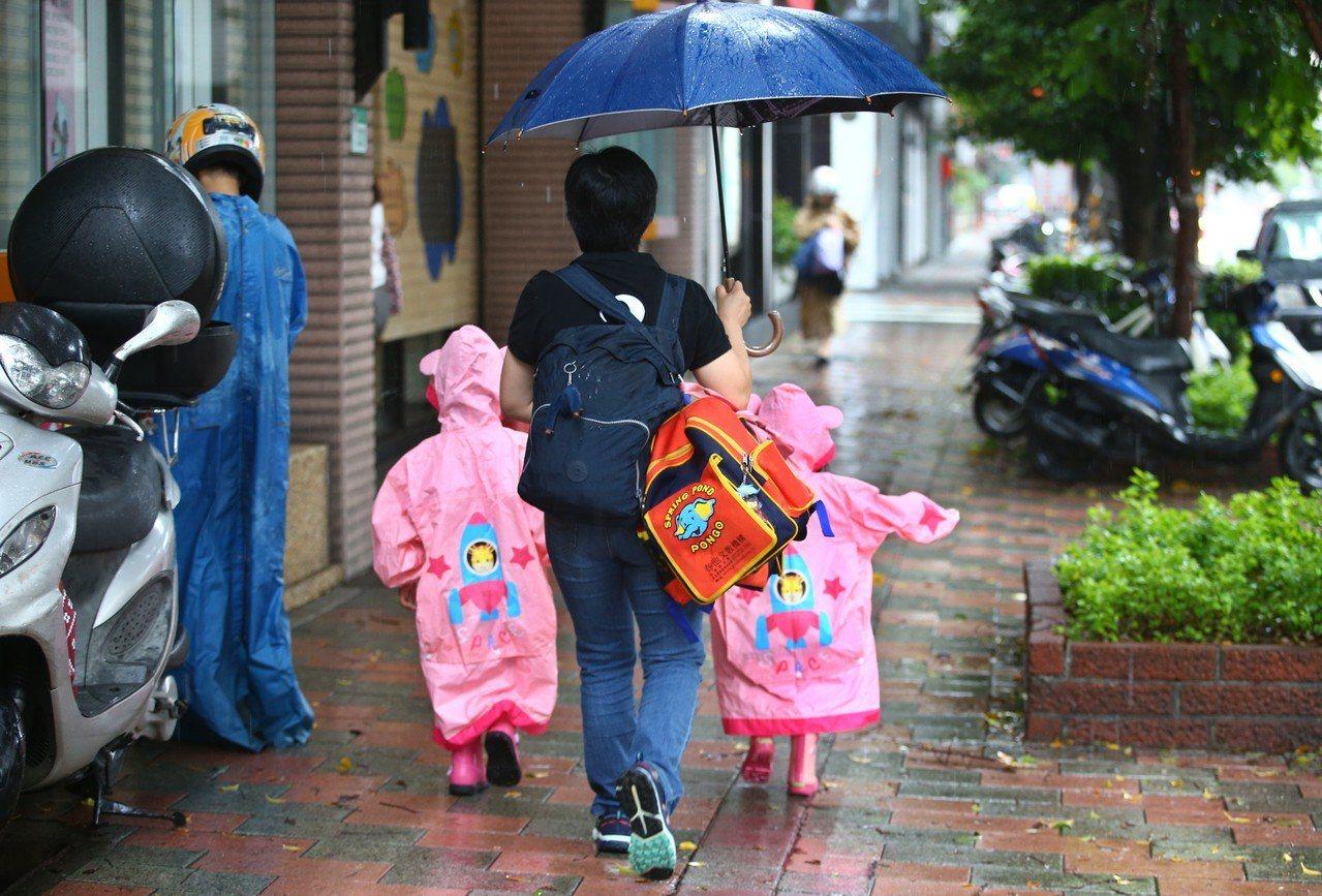 瑪莉亞颱風來襲,北北基的颱風假不同調。台北市昨天上班上課,許多家長一大早送小朋友...