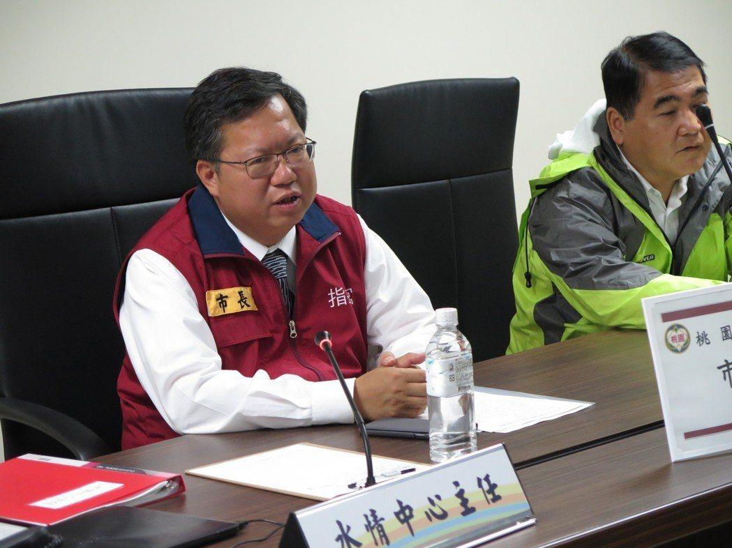 桃園市長鄭文燦(左)昨天視察桃園水情中心,並表示桃園市防颱整備工作採高標準。 ...