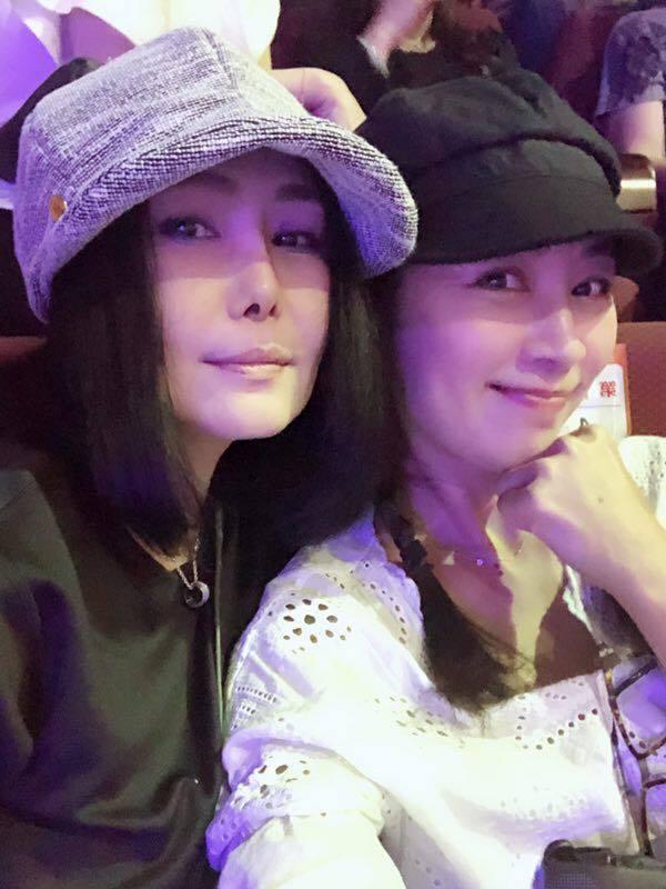 江蕙和好友方文琳欣賞席琳狄翁台灣首場演唱會,大讚席琳的唱功。圖/摘自臉書