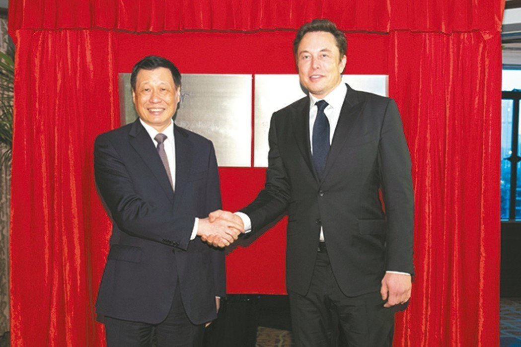 上海市長應勇(左)與特斯拉執行長穆斯克昨(10)日共同為特斯拉(上海)公司和特斯...