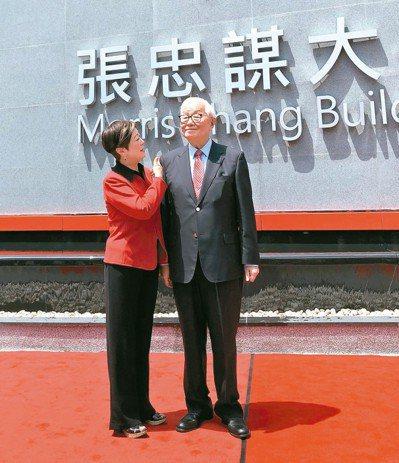 台積電創辦人張忠謀(右)與夫人張淑芬。 記者簡永祥/攝影