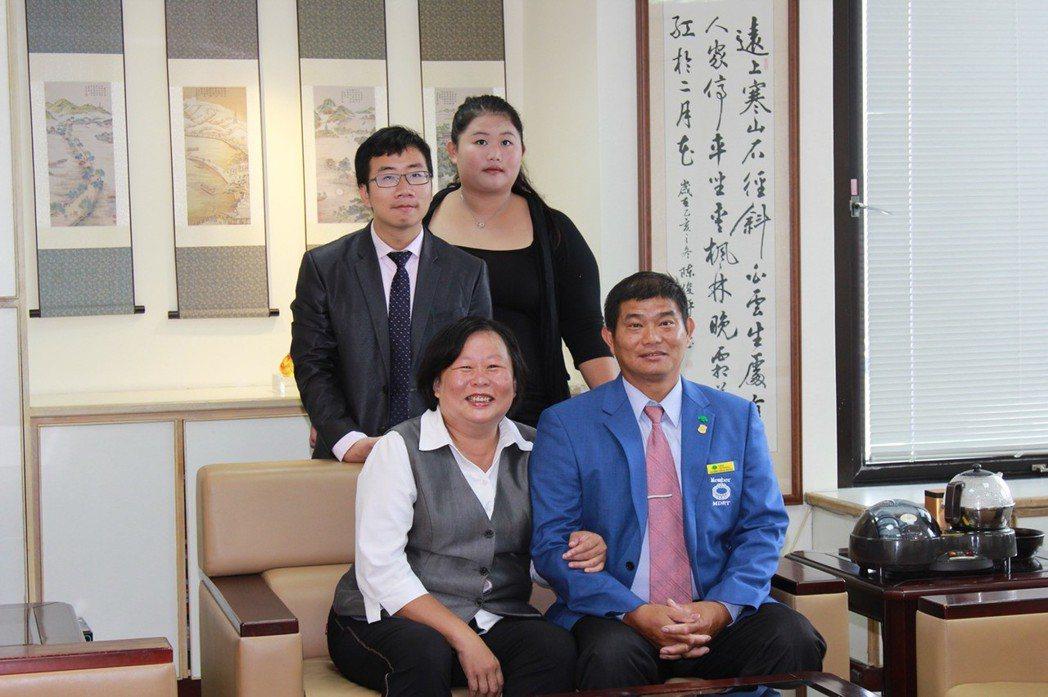 王玉美(左)與先生李育修,用專業服務傳遞幸福。 王玉美/提供