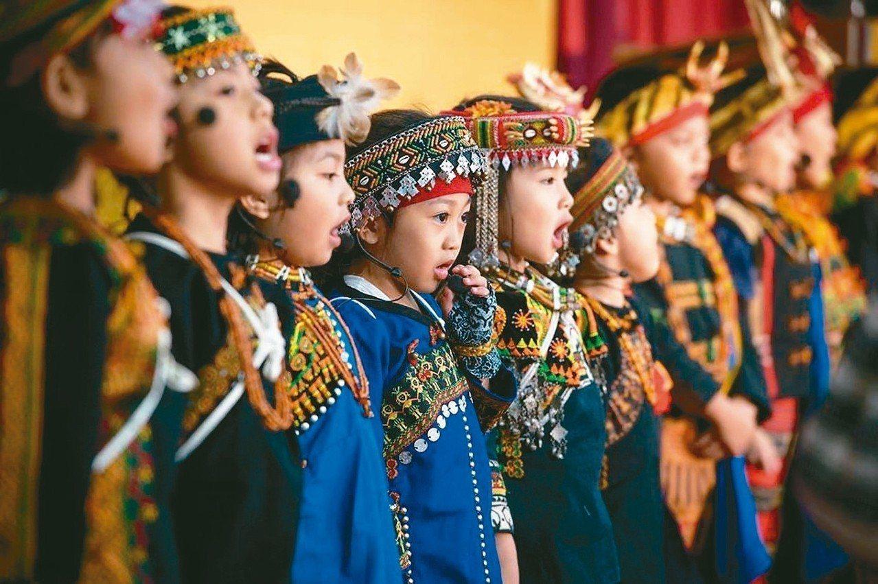 107學年度起,原住民族語教師將有固定月薪及年終獎金,全國近千名教師若改專職,都...