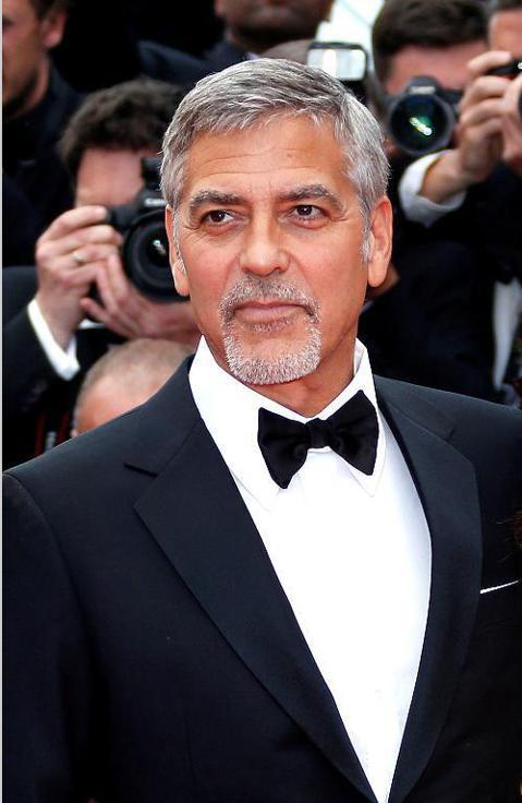 美國影星喬治克隆尼今天在義大利薩丁尼亞島(Sardinia)發生車禍,根據曝光的車禍影片,他騎機車迎面撞上突然切換到他車道的汽車後,拋飛空中好幾公尺落地。喬治克隆尼(George Clooney)發...