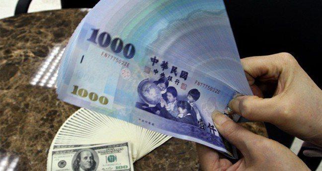 新台幣兌美元11日收盤收30.481元,貶7.8分。 報系資料照