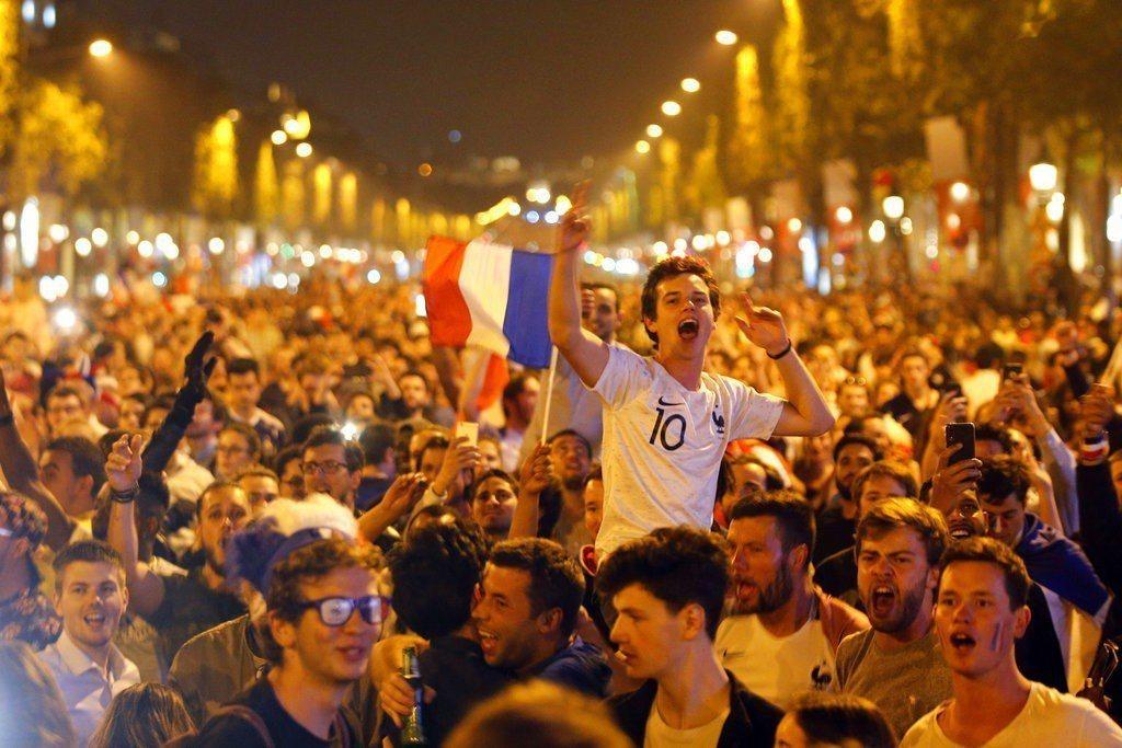 法國晉級,巴黎民眾歡慶。 美聯社