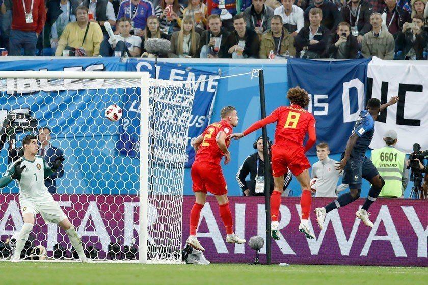 法國隊後衛烏迪迪(右)在兩位比利時球員的防守之下,照樣於突破地帶將球頂進,讓法國...