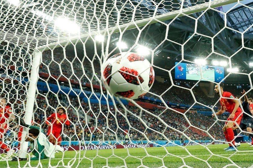 比利時守門員出搶左半邊,球門中央區門戶大開,就是法國隊破網的絕佳時機。 美聯社