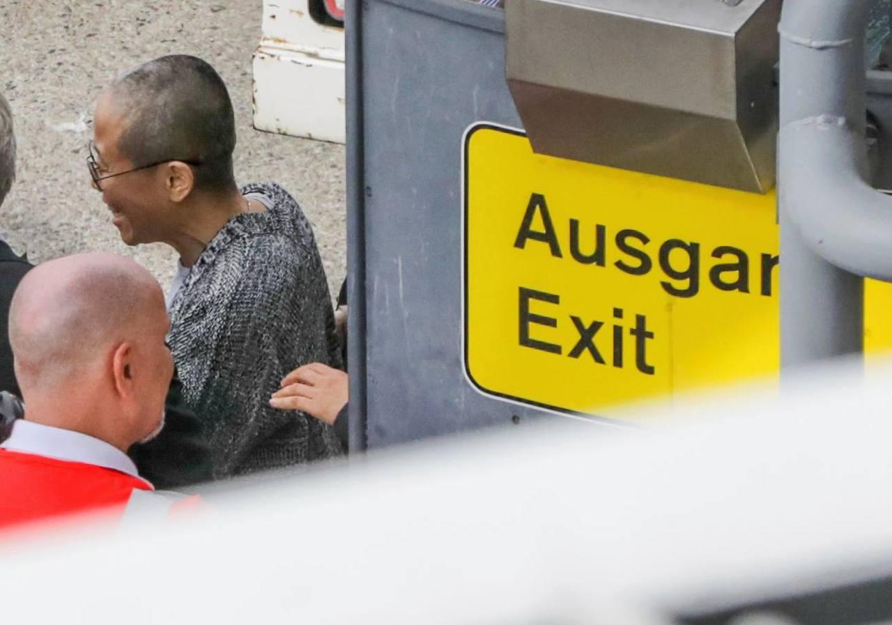10日低調離開柏林機場,但臉上看得出充滿笑容的劉霞。 圖/美聯社