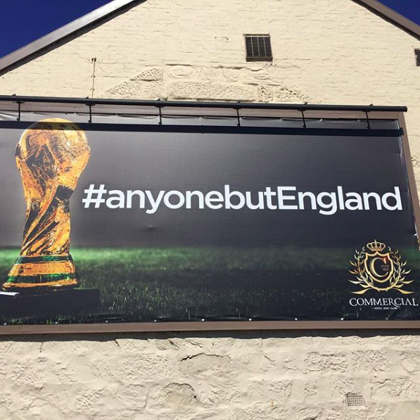 蘇格蘭一間酒吧外牆掛著「哪一隊都好,就是不要英格蘭」的看板。圖截自 IG:C...