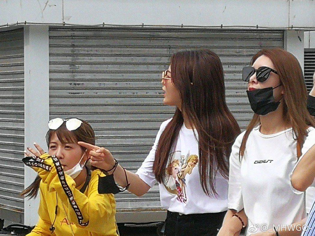 網友曝光在遊樂場看到火箭少女。圖/擷自微博