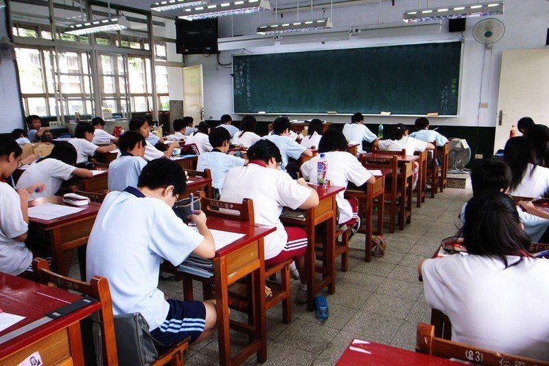 教育部推動高中「免試入學」,因仍要採計會考成績,常被詬病增加升學壓力。(phot...