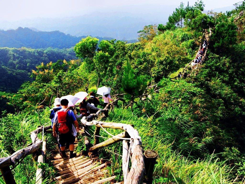 (圖/台中市政府觀光旅遊局) ▲沿途有些地段坡度較陡,仍須拉著繩索前往