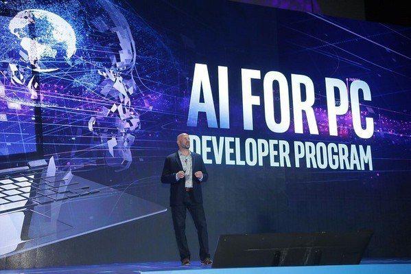 圖3 : 英特爾資深副總裁Gregory Bryant宣布透過提供開發者社群各種...