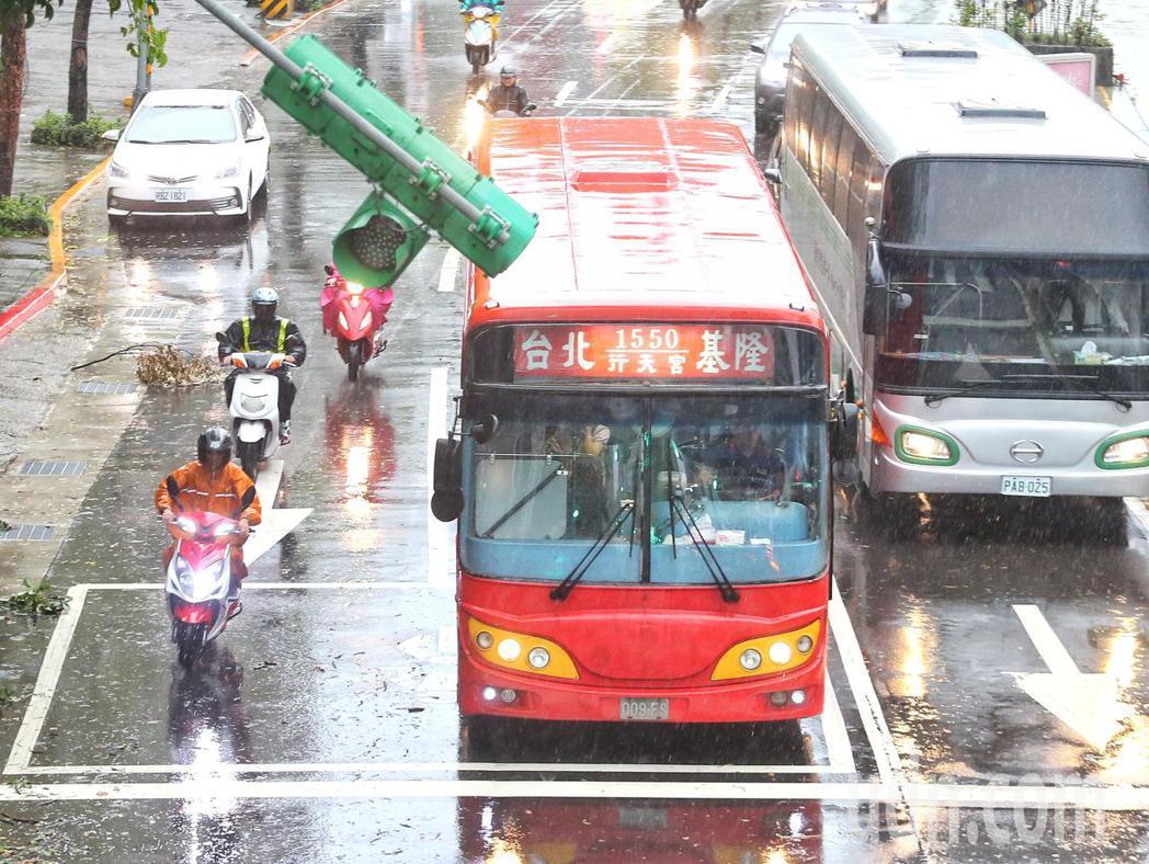 往返台北基隆路線的公車正常行駛。記者鄭清元/攝影