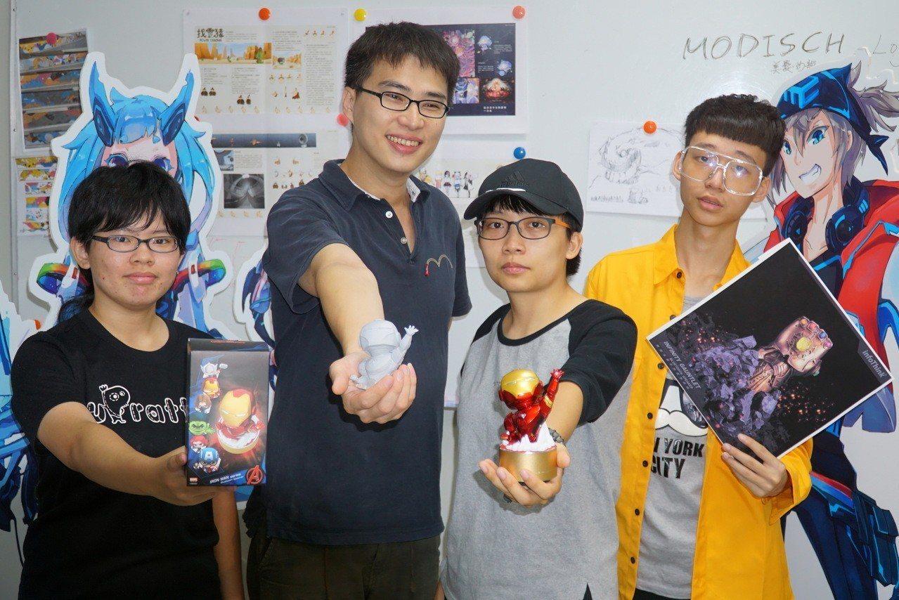 大葉大學多媒體數位內容學位學程助理教授江家慶(左2)帶領學生與訊想科技產學合作,...