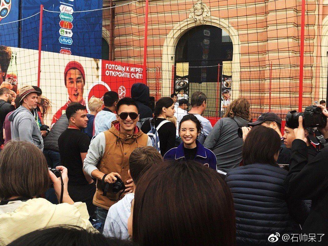 民眾在俄羅斯街頭捕獲到謝霆鋒、林依晨正在錄製節目。圖/摘自微博