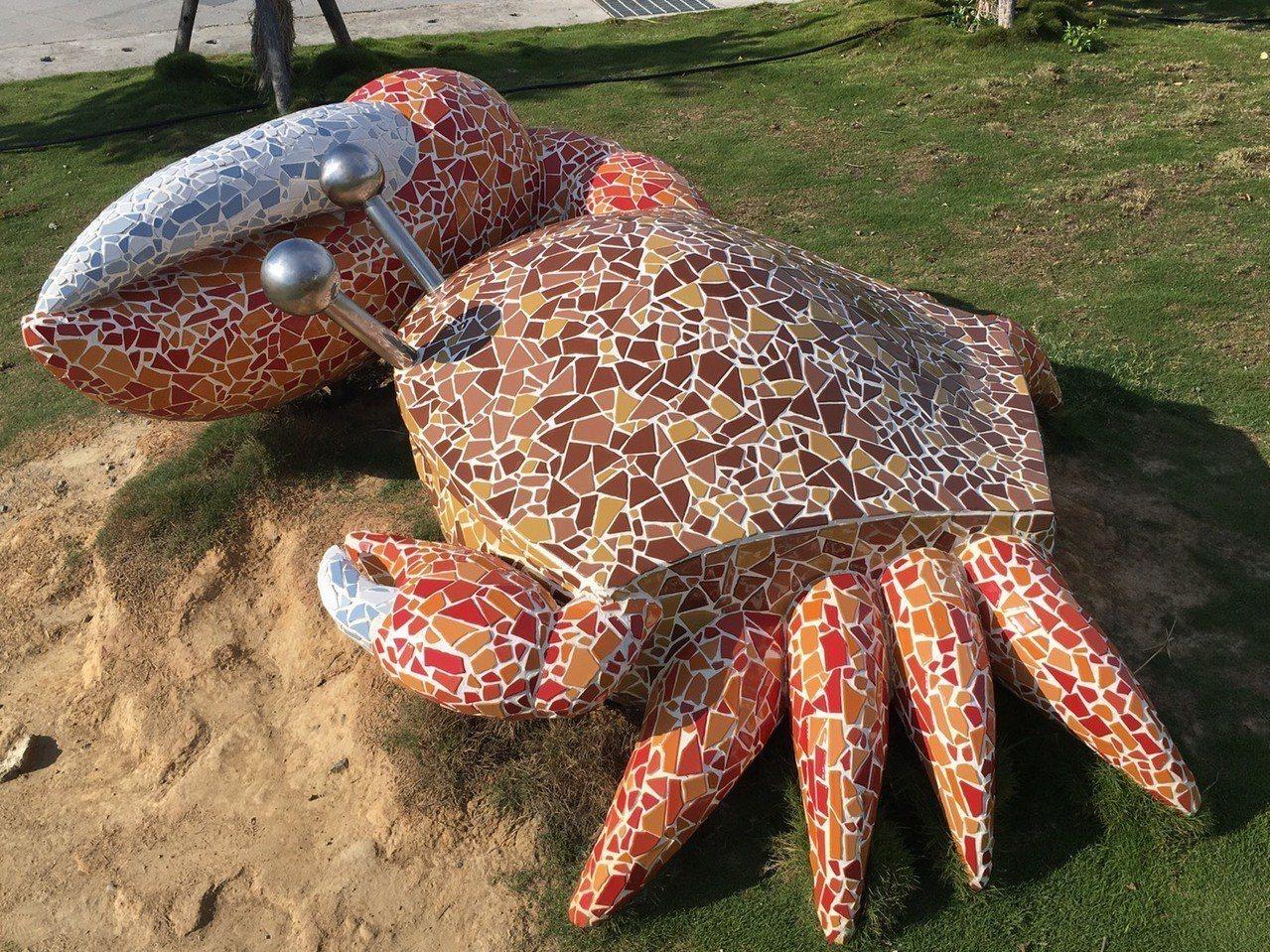 高美溼地「遊客服務中心」預計7月下旬啟用試營運,戶外的招潮蟹和貝殻造型的景觀藝術...