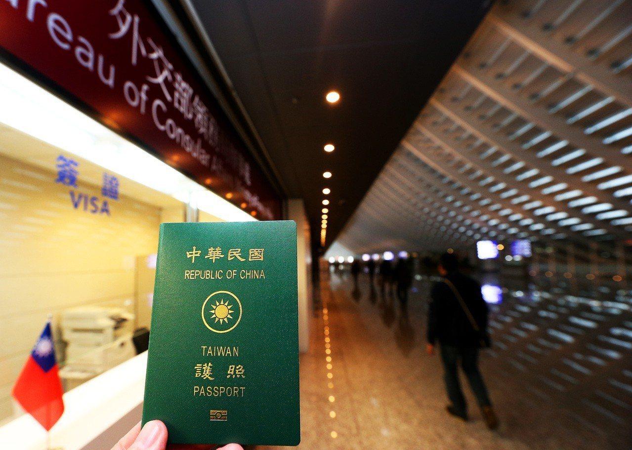 外交部領事事務局在桃園機場辦事處已提供緊急補辦護照服務,但外館卻以人手不足拒收。...