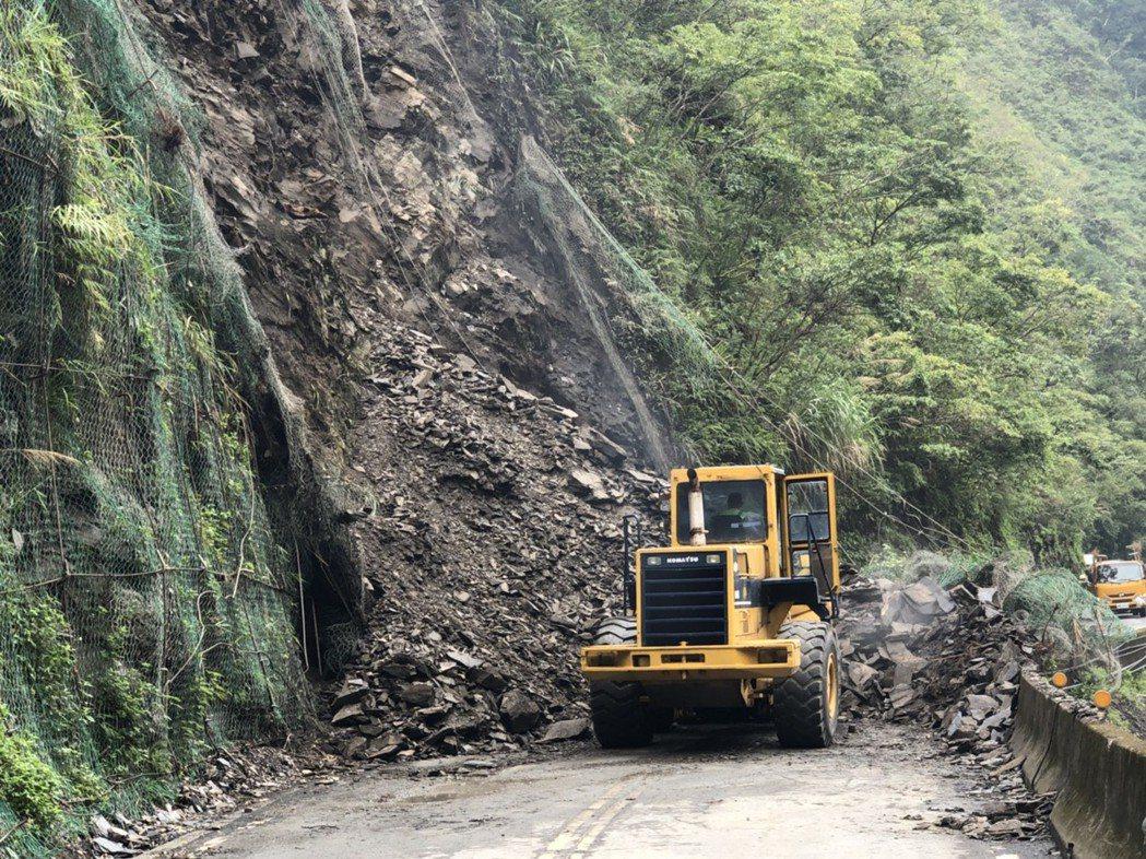 台7甲線6.2公里處的大同鄉留茂安路段今天上午坍方,雙向交通阻斷,公路總局第四區...