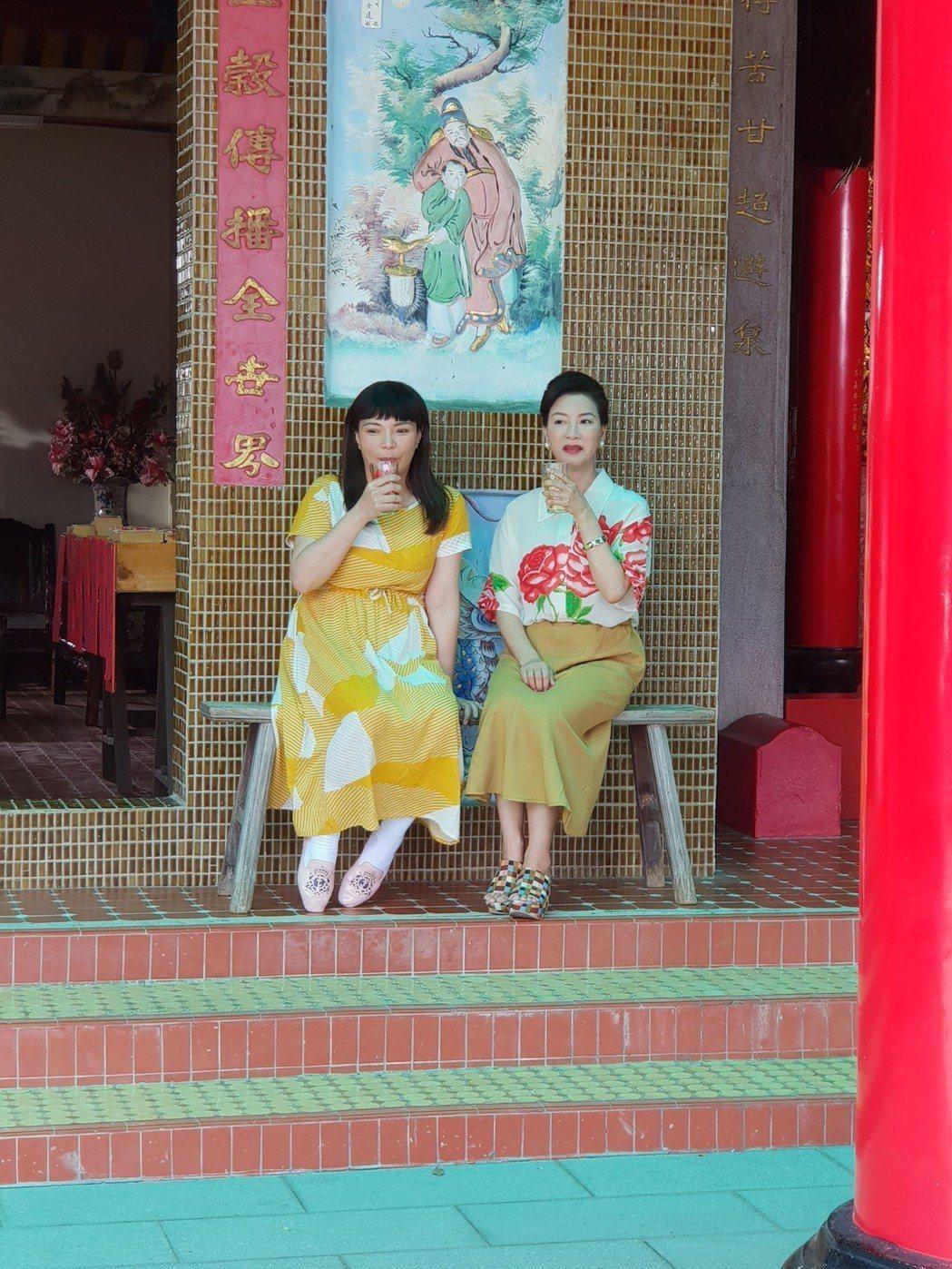 楊繡惠(中)和小甜甜演母女。圖/民視提供
