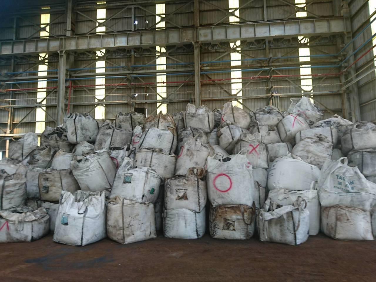 檢方初步計算千興公司涉嫌就地掩埋事業廢棄物約1萬3600公噸。記者邵心杰/翻攝 ...