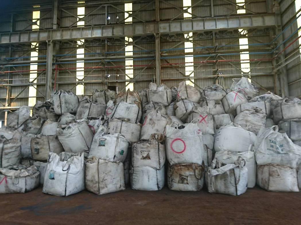 檢方初步計算千興公司涉嫌就地掩埋事業廢棄物約1萬3600公噸。 記者邵心杰/翻攝...
