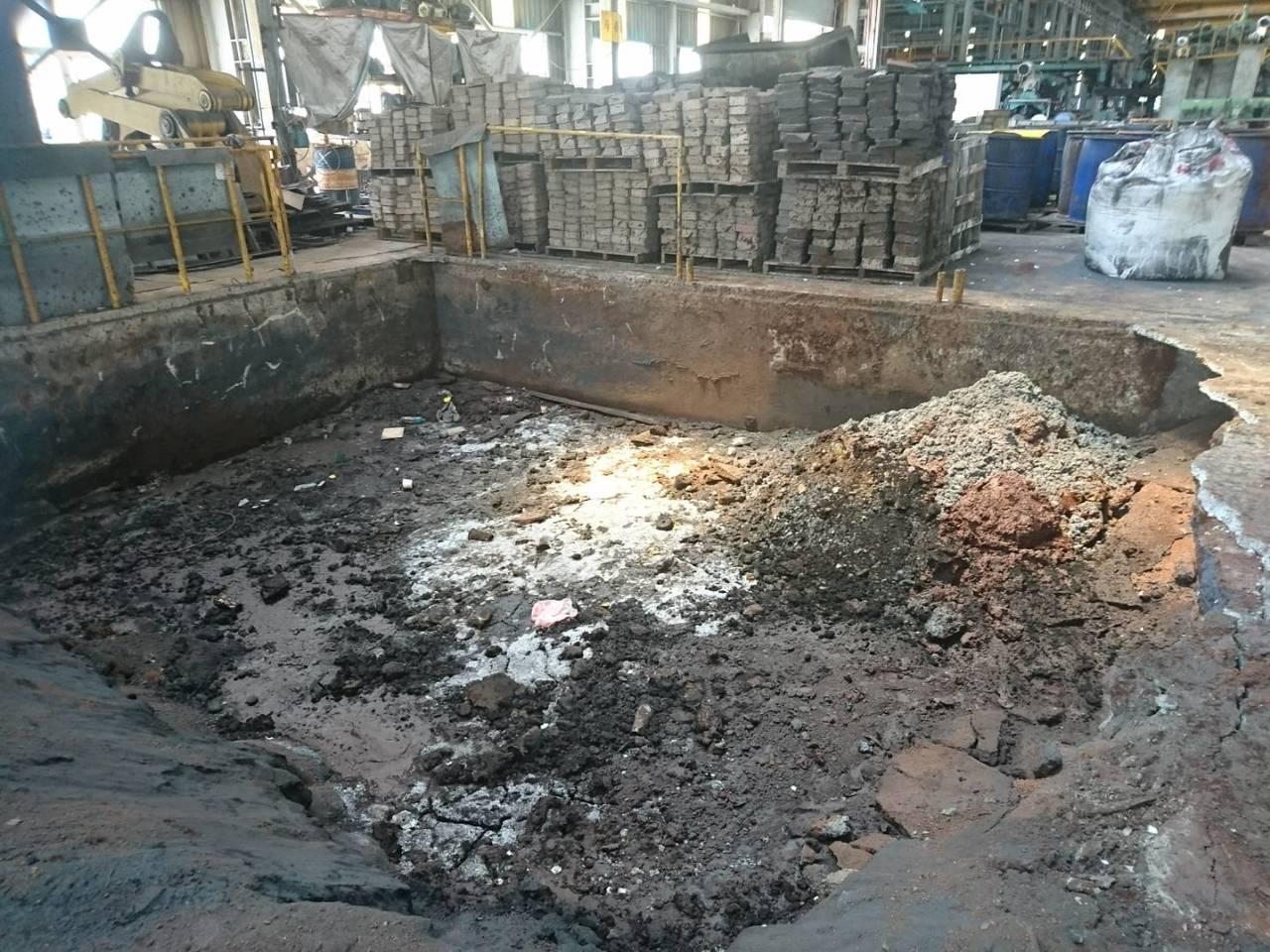 檢方採集廢棄物、土壤及廢水樣品送驗,估算該公司節省的清除處理費用約3.5億元。記...